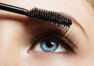 Øjenvipper der får påført mascara